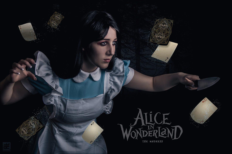 Alice the Madness cosplay. Alice svect met een mes tegen vliegende magische speelkaarten.