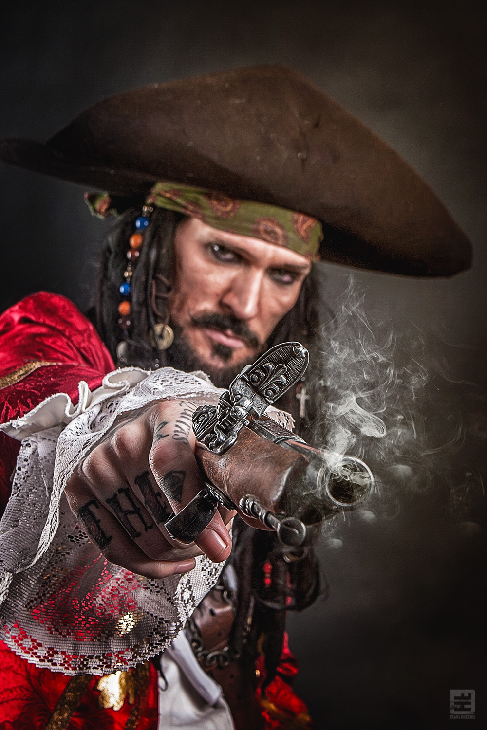 Captain Teague Cosplay. Teague van de Pirates of the Caribean vuurt een oud piraten pistool af.