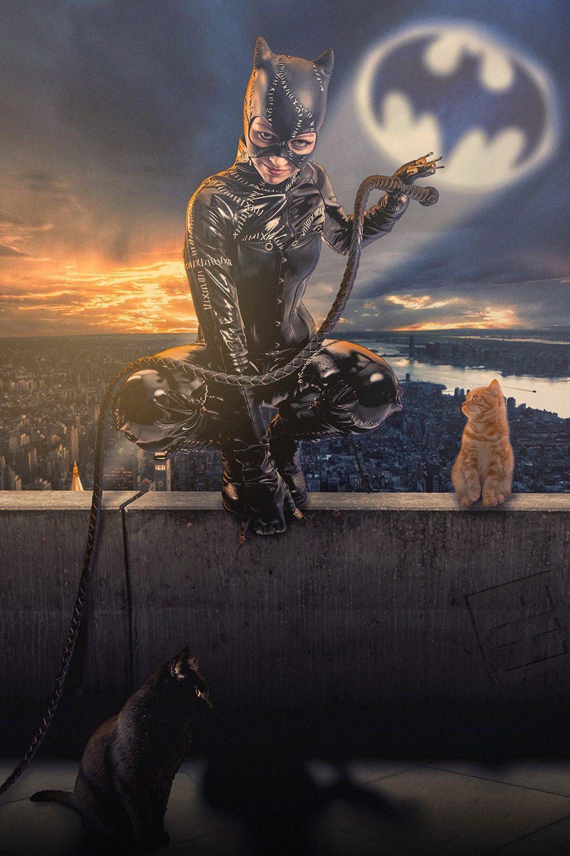 Catwoman Michelle Pfeiffer batman returns versie. Zittend op de rand van een gebouw met op de achtergrond Gotham.