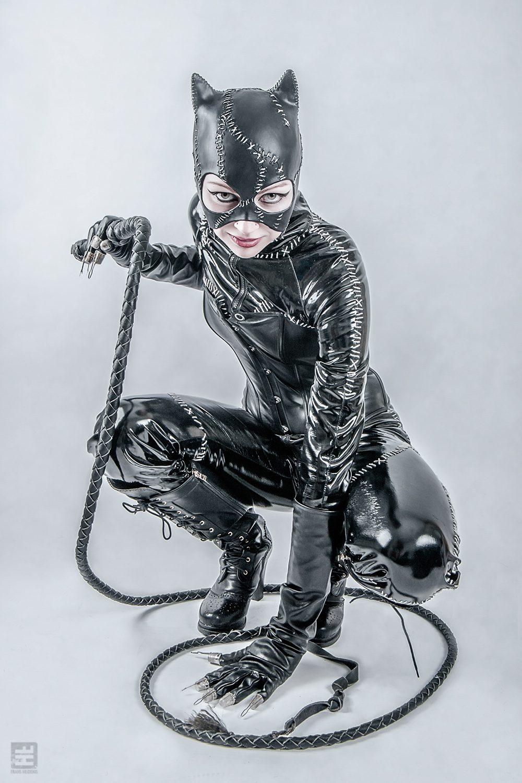 Catwoman Michelle Pfeiffer batman returns versie. Volledig in stijl zittend op een compleet witte achtergrond.