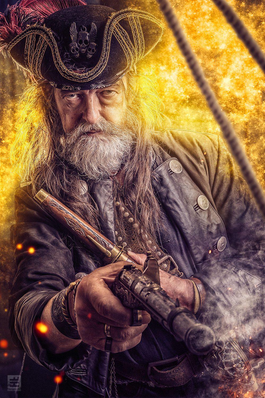 Piraat uit de film Michiel de Ruyter. Met twee pistolen in een vuurgevecht. Voor en rook rondom met in de voorgrond de touwen van het schip.