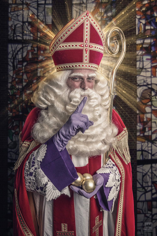 De echte Sint Nicolaas er is er natuurlijk ook maar 1. Hier in een traditionele pose met de 3 gouden ballen in zijn hand.