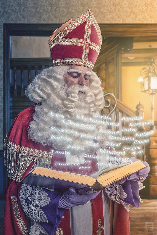De echte Sint Nicolaas er is er natuurlijk ook maar 1. Lezend in zijn boek welke kinderen braaf zijn geweest en dus beloond worden
