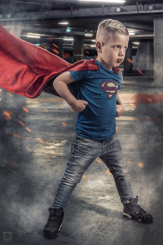 Superman Tijs jongetje van 6 staand in een parkeergarage met Superman shirt en cape klaar voor het gevecht