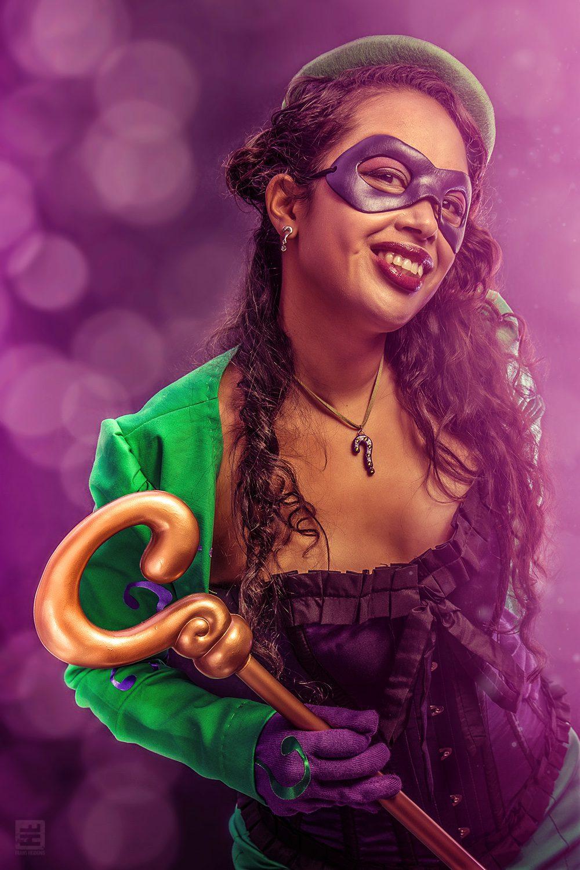 Vrouwelijke versie van The Riddler. Vol in het gekleurde licht in verleidelijke pose.