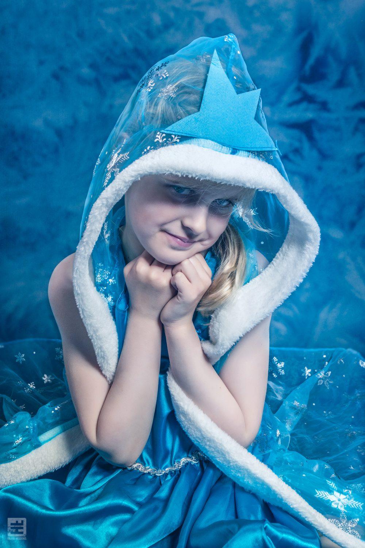 Kind portret fotografie. Je dochter als Elza uit de film Frozen helemaal uitgevoerd in blauw tinten met een ijs bloemen achtergrond