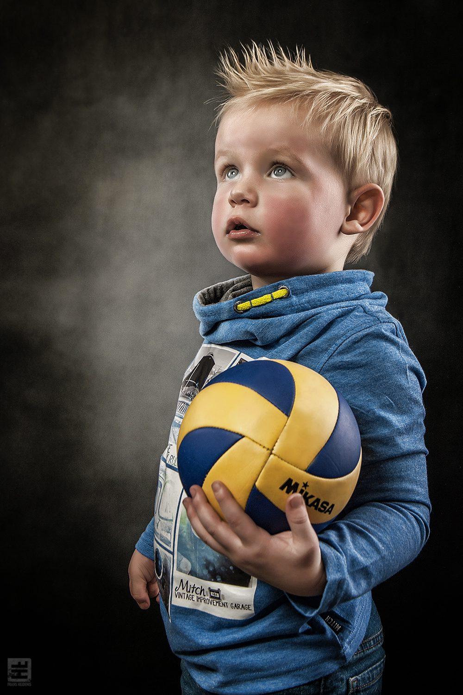 Kind portret fotografie. Wat wil jij later worden jongen, voetballer meneer, nou dat konden eigenlijk wel raden met die mooie bal onder zijn arm.