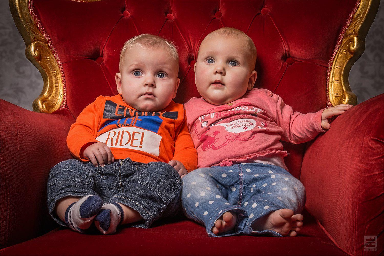 Kind portret fotografie. Tweeling maar dan nog jong onderuit gezakt in onze koningsstoel. En die ene is even de luier aan het vullen.