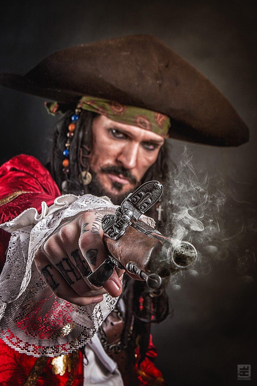 Captain Teague Cosplay. Teague van de Pirates of the Caribean vuurt een oud piraten pistool af.