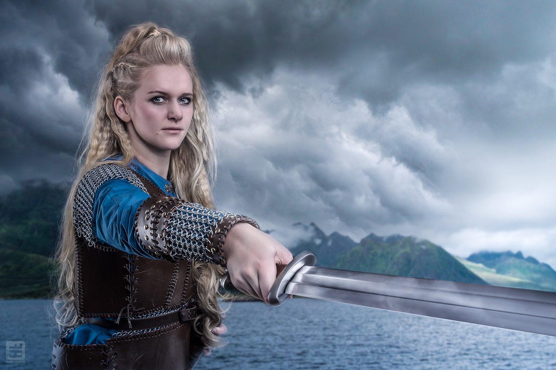 Lagertha Lothbrok uit de TV Serie Vikings. Pose met zwaard vooruit met op de achtergrond Scandinavië