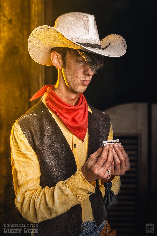 De echte Lucky Luke rolt zijn sjekkie voordat ie de saloon binnengaat.