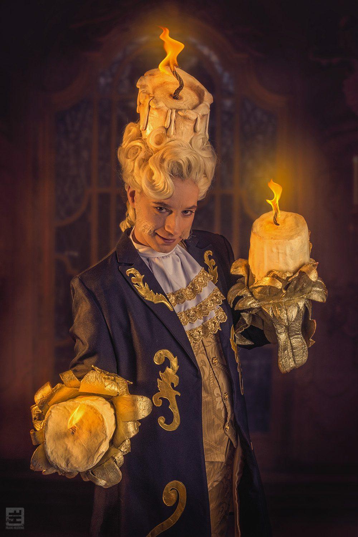 Lumiere Belle en het beest is blij en zijn kaarsen branden voluit met op de achtergrond de balzaal