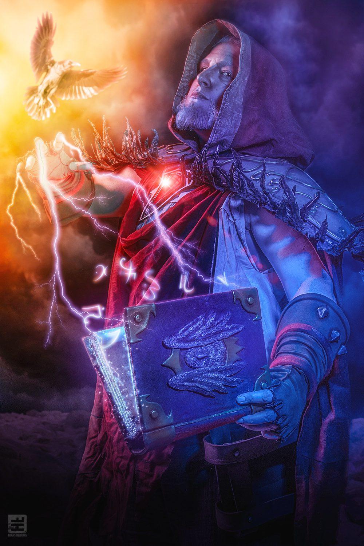 Medivh World Of Warcraft magische spreuk oplezend uit zijn boek. Diverse symbolen met bliksem en rook