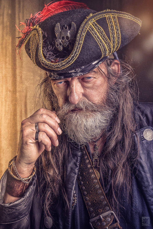Piraat uit de film Michiel de Ruyter. Portret van een oude piraat frunnikt aan zijn snor