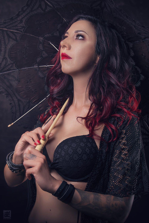 Glamour fotografie. sexy vrouw In sexy kanten lingerie, kanten kamerjasje en kanten paraplu