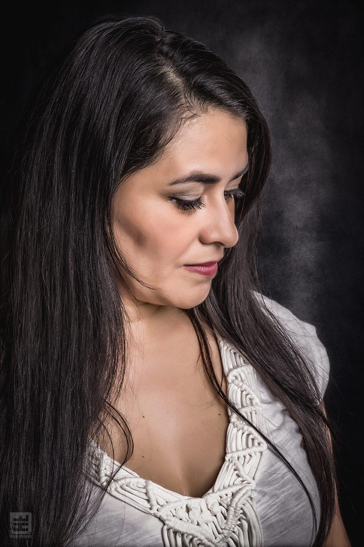 Portret Fotografie - Ouder licht getint model met lang zwart haar in emotionele pose