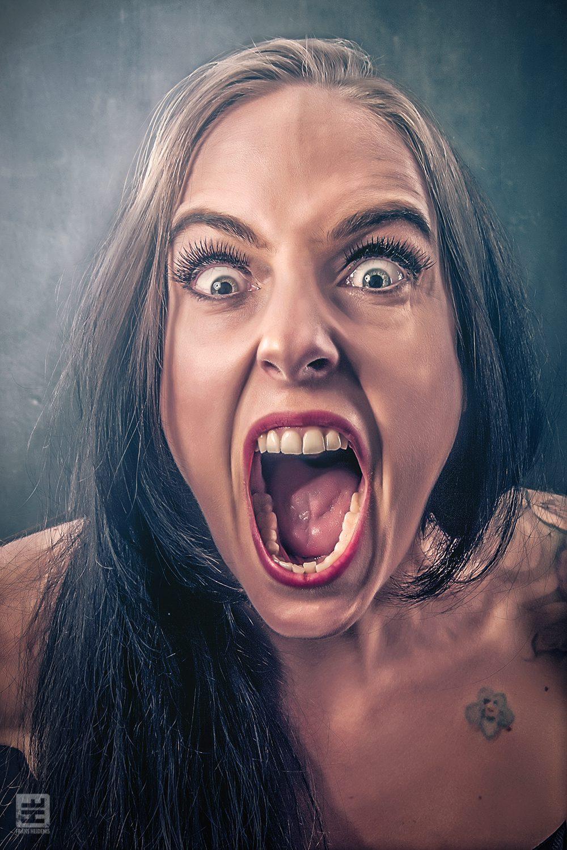 Portret Fotografie - Close portret van een schreeuwend vrouw in volledige Photoshop airbrush retouche