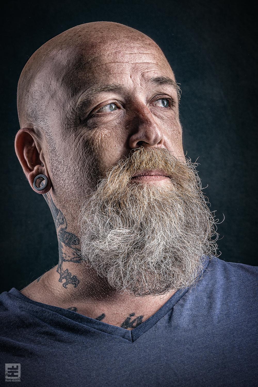Portret Fotografie - Tattoo artiest met baard portret. Monkey tattooing in Hilversum