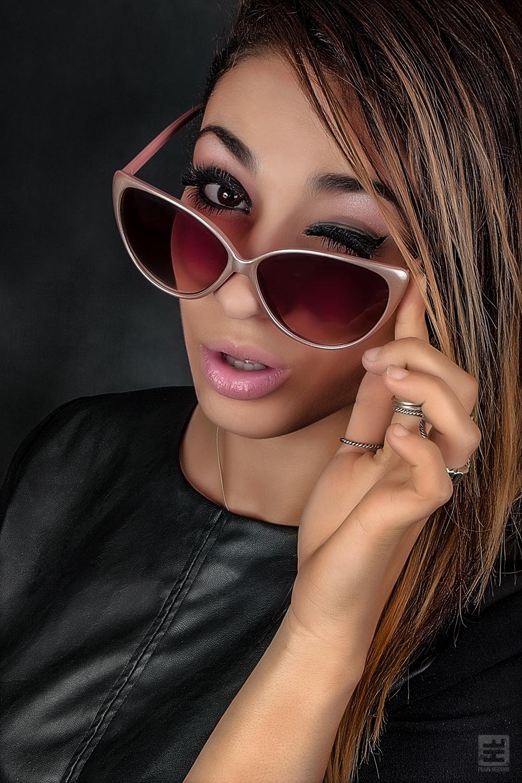 Portret Fotografie - Beauty portret van een getinte vrouw met zonnebril en Photoshop retouche.
