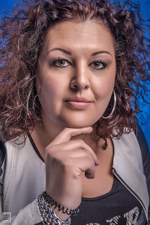 Portret Fotografie - Vrouwelijk portret met Photoshop retouche en blauwe achtergrond