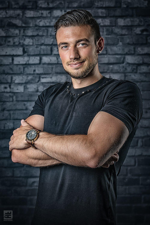 Portret Fotografie - Tattoo artiest Henrii Eshuis in een stoere pose voor zijn promotie materiaal