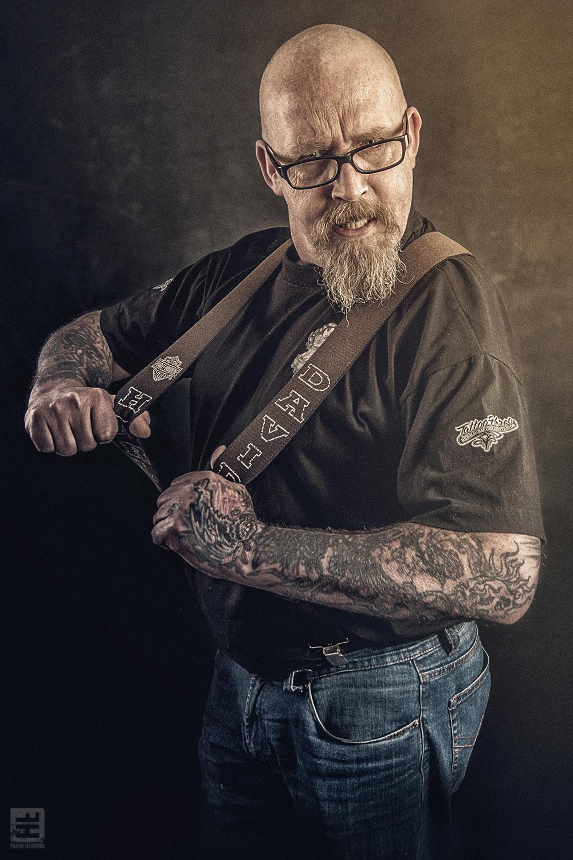 Portret Fotografie - Tattoo artiest Herco Roelofs in een stoere pose. Tattoo Herco