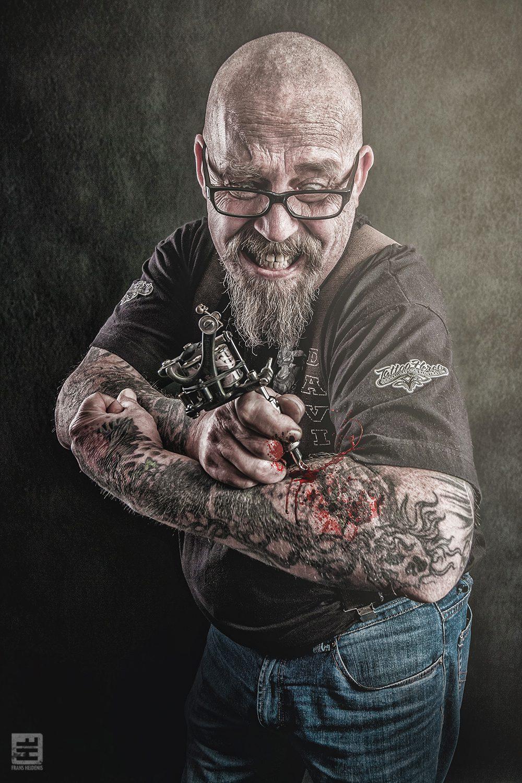 Portret Fotografie - Tattoo artiest Herco Roelofs die zichzelf van een tattoo voorziet met veel bloed. Tattoo Herco