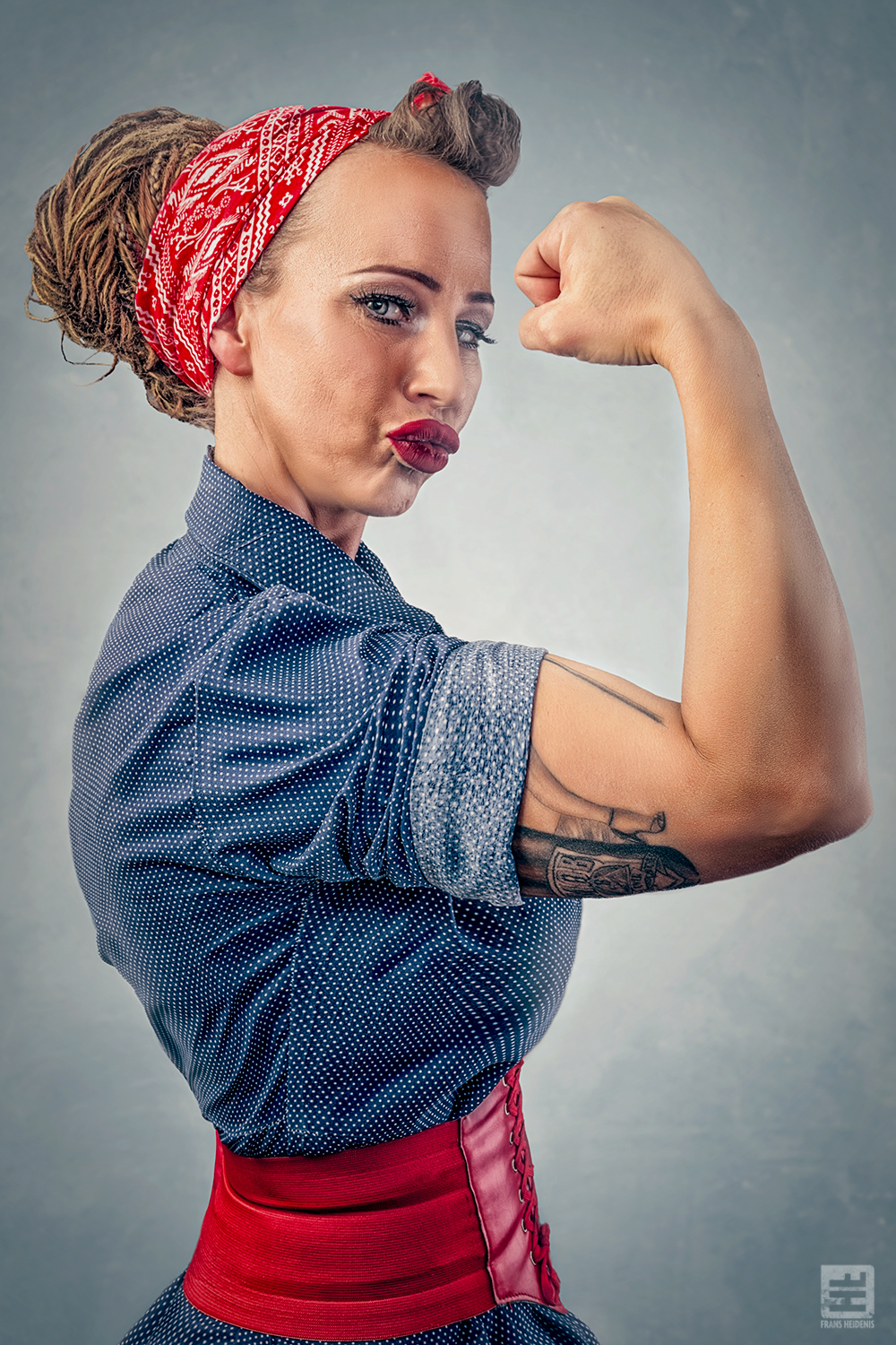 Portret Fotografie - Portret van klassieke pin-up in de pose van Rosie the Riveter