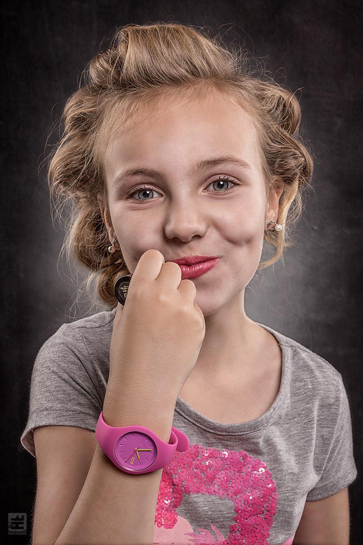 Kind portret fotografie. Kinderen worden groot, krulspelden is en lekker lippenstift op.
