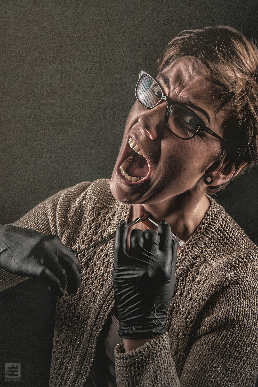 Portret Fotografie - Portret van een vrouwelijke piercer die haar eigen keel gaat piercen. Tattoo Herco