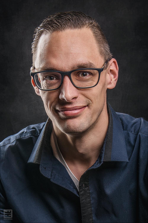 Portret Fotografie - Portret van een jonge man met bril in de stijl van Frans Heidenis