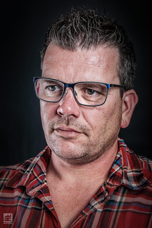Portret Fotografie - Stoer portret van een man met bril in de stijl van Frans Heidenis
