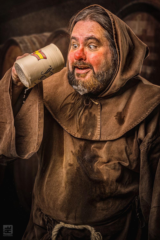 Portret Fotografie - Grappig portret van een bier drinkende dronken monnik. Fater Martinez