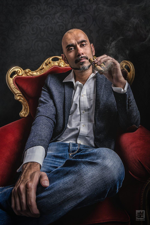 Portret Fotografie - Royal portret van een getinte man in een koningsstoel met een dure sigaar. Gemaakt voor een interview in een magazine.