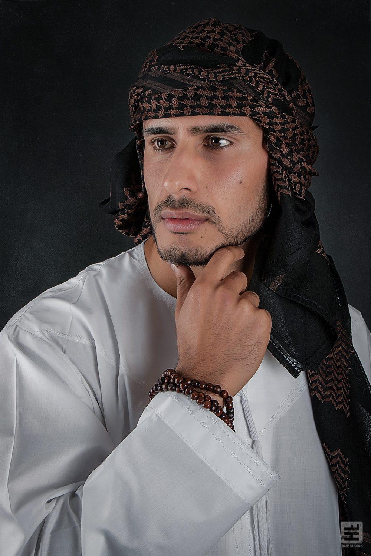 Portret Fotografie - Arabische jongen in traditionele kledij in nadenkende pose