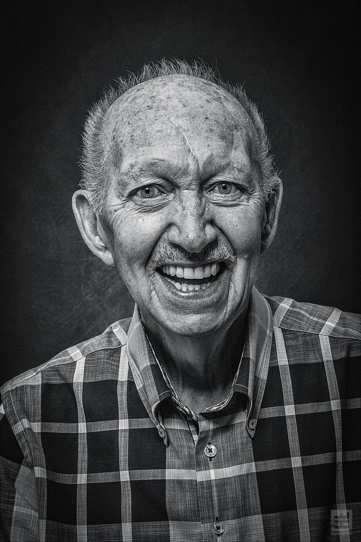 Portret Fotografie - Zeer gedetailleerd portret van een oude man in hard zwart wit