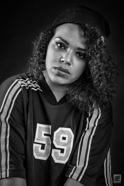 Portret Fotografie - Hip Hop chick met baseball cap en shirt uitgevoerd in zwart/wit