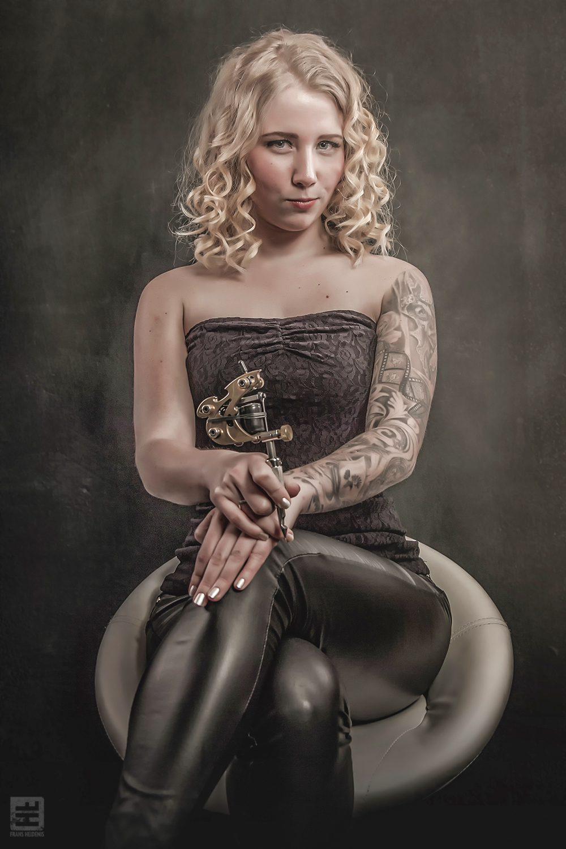 Portret Fotografie - Vrouwelijke Tattoo artiest met een klassieke tattoo machine. Tattoo Herco