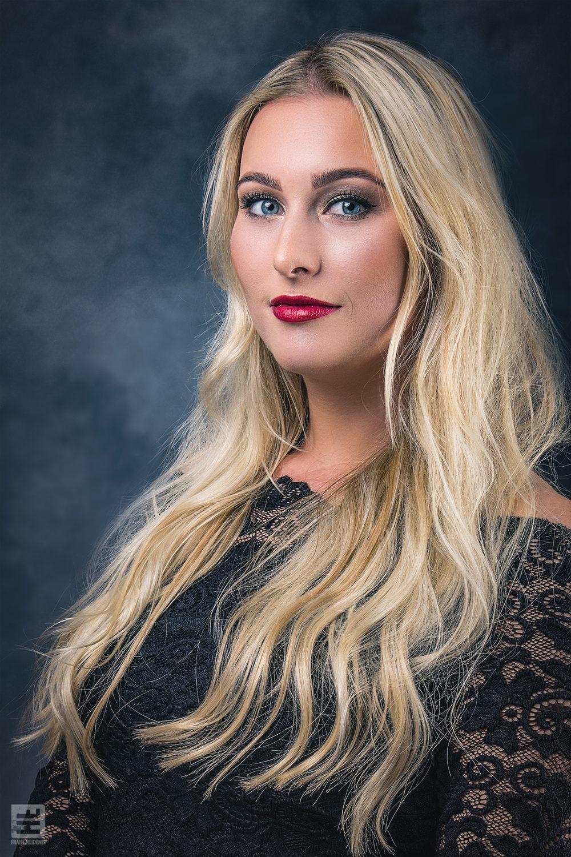 Portret Fotografie - Portret van een mooie blonde vrouw. Volledige retouche met Photoshop