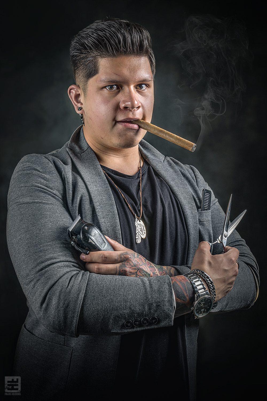 Portret Fotografie - Portret van een echte barber met schaar en tondeuse