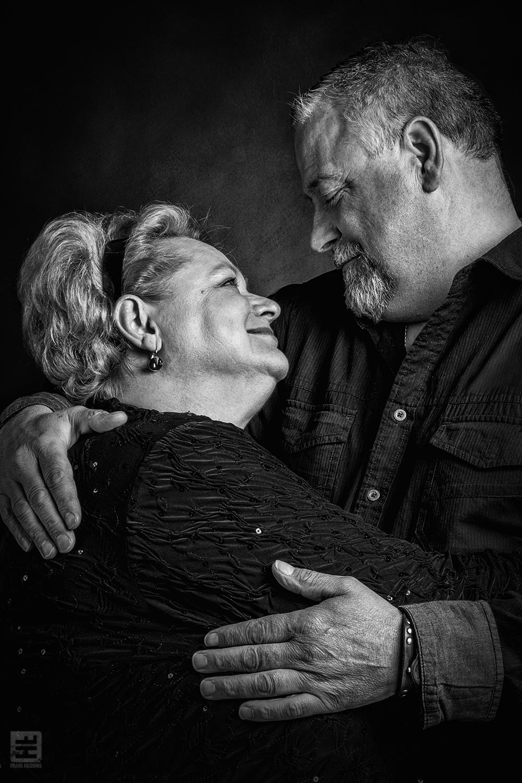 Portret Fotografie - Portret van koppel op leeftijd nog steeds verliefd in zwart/wit