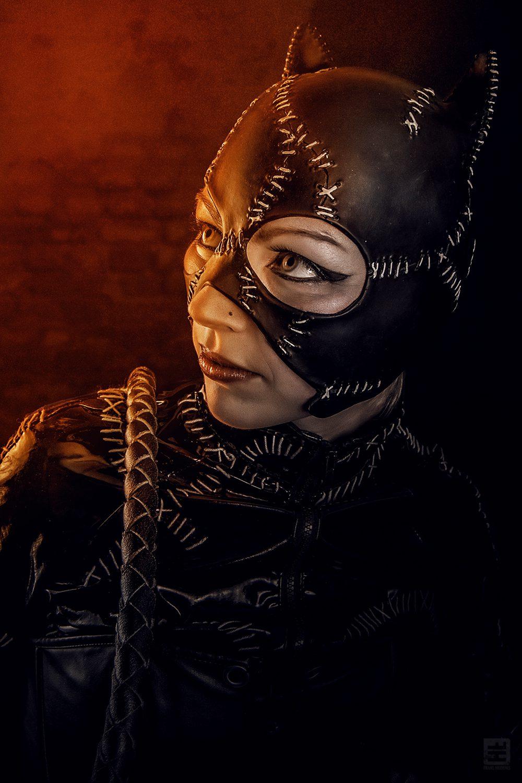 Catwoman Michelle Pfeiffer batman returns versie. Portret met bakstenen achtergrond en oranje lichtval.