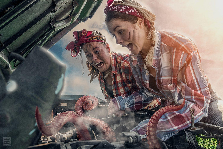 2 zussen kijken onder de motorkap van de pick-up en zien tot hun grote schrik dat er een inktvis in de motor zit.
