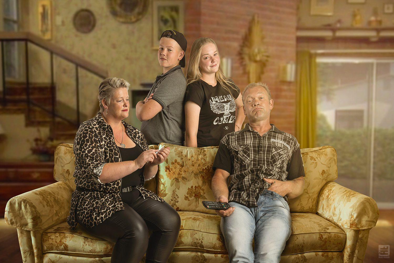 Married with Children 1 van de bekendste tv series ooit. Deze familie wilde graag net zoiets. De bank heb ik nagemaakt en de originele achtergrond uit de serie erin gezet