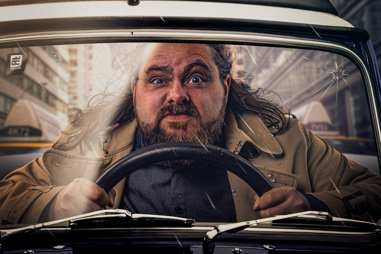 Tijdens een workshop fotografie en Photoshop deze foto gemaakt van een boze man in de auto. Alleen het stuur was er de rest van de auto en stad zijn eromheen gemaakt