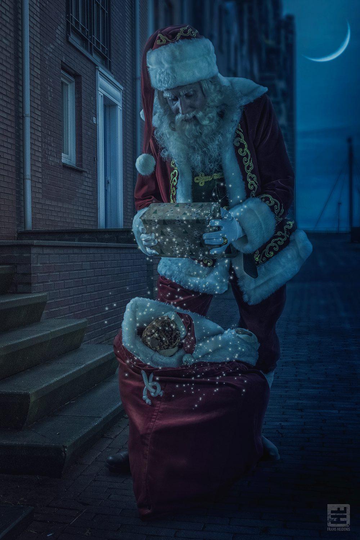 Het is weer zover de tijd van kadootjes onder de boom is aangebroken. Hier staat de Kerstman, Santa de cadeaus uit te zoeken om ze onder de boom te leggen natuurlijk midden in de nacht.