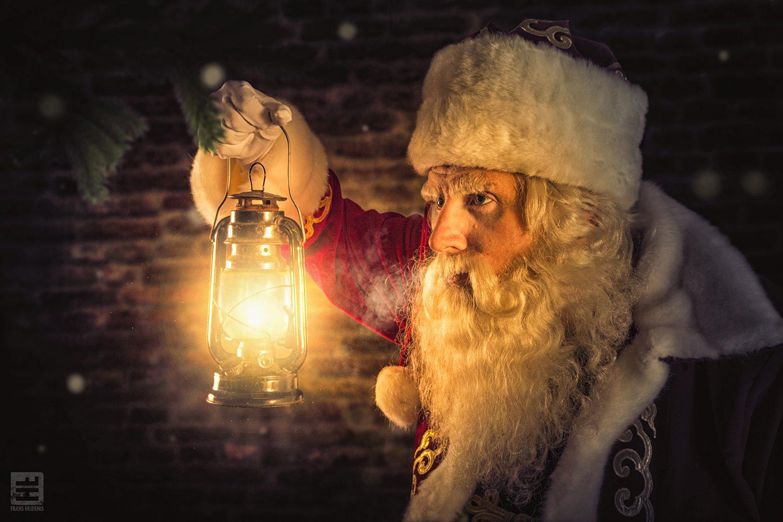 Soms is het even zoeken voor de kerstman maar gelukkig weet hij het altijd te vinden met zijn lantaarn.