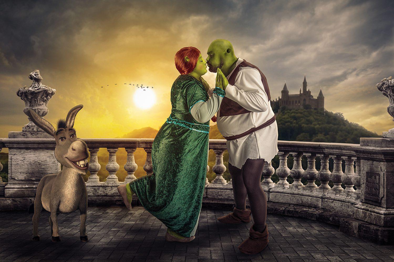 Dit koppel wilde graag als Shrek. De kleding is gemaakt door de vrouw. Ik heb met klei de oren gemaakt en in Photoshop er een hele scene van gemaakt in Photoshop