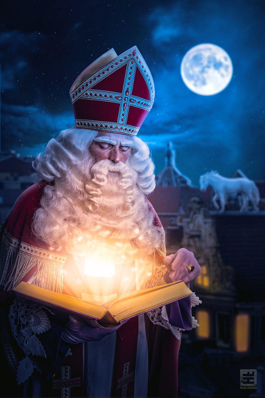 Boven op het dak raadpleegt de Sint zijn grote boek terwijl Amerigo rustig op de achtergrond staat te wachten.