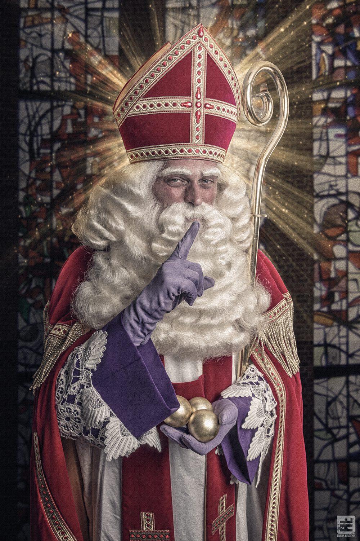 Sinterklaas oftewel Sint Nicolaas hier afgebeeld in een kerk met in zijn handen 3 gouden ballen. Gebaseerd op de oude vertellingen van de Sint.